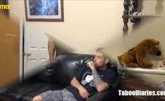 Pai no quarto com a filha e a mae safada no sofa com filho