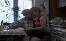 Pai ataca filha da buceta peluda no banheiro