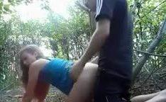 Novinha dando gostoso pro dotado no mato