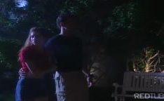Garota morena gritando como uma doninha ao foder no parque