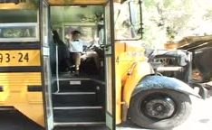Motorista de ônibus sexy seduz aluno da escola