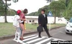 Jovens japoneses fodendo uma coroa na frente dos carros passando