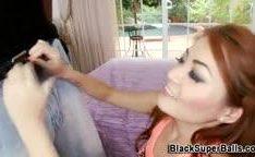 Chupando uma rola preta maior que boca