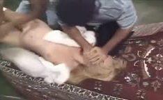 Bandidos estuprando a loira novinha comendo o cu dela e gozando