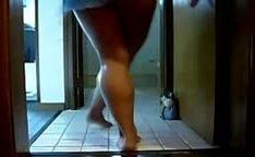 Gostosa brasileira em casa dançando sem calcinha