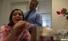 Adultério de ninfeta gostosa com seu marido fora no video putaria