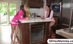 Mãe e filha se fodendo na cozinha