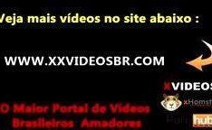 Pegando no peitinho durinho da novinha – XXVIDEOSBR.COM