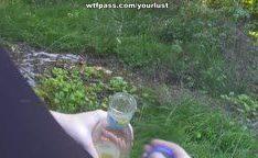 Loira novinha sardenta dando a buceta no mato