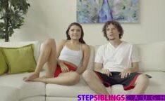 Adolescente dando pro amigo do irmão no sofá