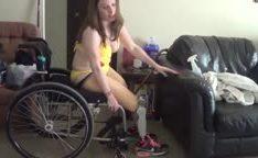 Gostosa na cadeira de rodas mostra suas pernas amputadas