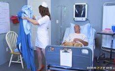 Doce enfermeira faz sexo oral no paciente