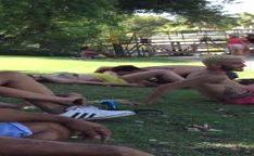 Rapaz chupa buceta da mina no parque com todos vendo