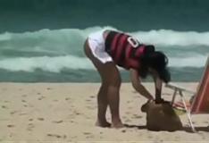 Solange Gomes mostra as tetas na praia