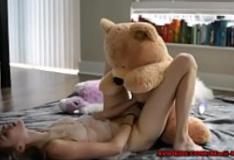 Sexo com urso de pelúcia estuprador